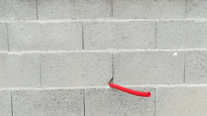 tuyau sortant du mur
